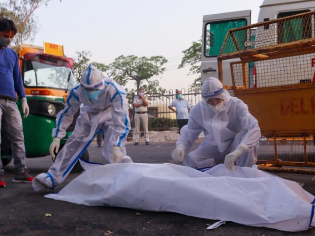 Chuyện về những người chuyên thu hồi thi thể người tử vong vì Covid-9 ở Ấn Độ