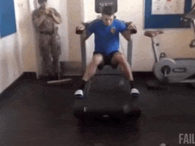 Bắt gặp hình ảnh khó tin khi chúng ta vào phòng gym