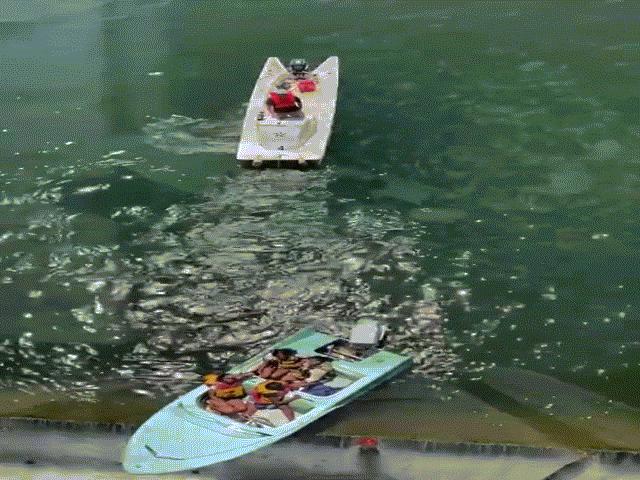 Video: Khoảnh khắc 4 cô gái mấp mé giữa sự sống và cái chết trên rìa đập cao 11 mét