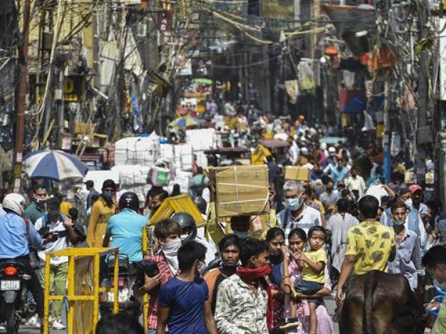 Ấn Độ: Hàng nghìn người kéo đi mua sắm ở thủ đô, bác sĩ lo ngay ngáy