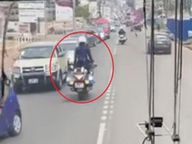 Video: Cảnh sát buông 2 tay chạy mô tô dẫn đường cho xe ưu tiên