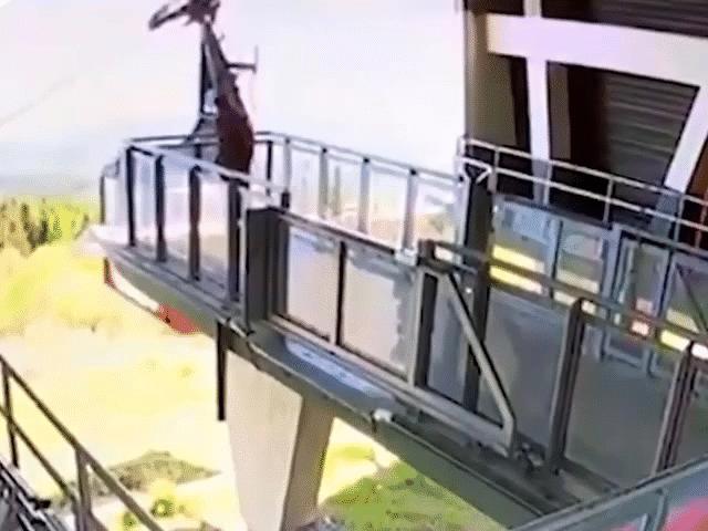 NÓNG nhất tuần: Khoảnh khắc kinh hoàng khi cáp treo rơi xuống núi khiến 14 người chết