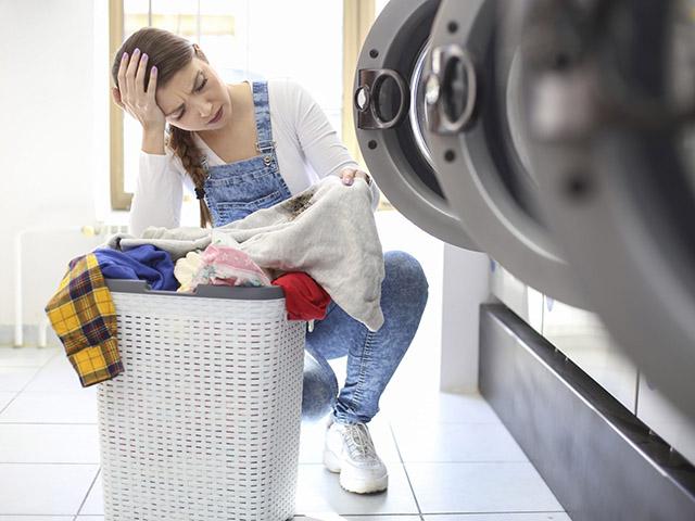 Có nên cho ngay quần áo bẩn vào máy giặt?