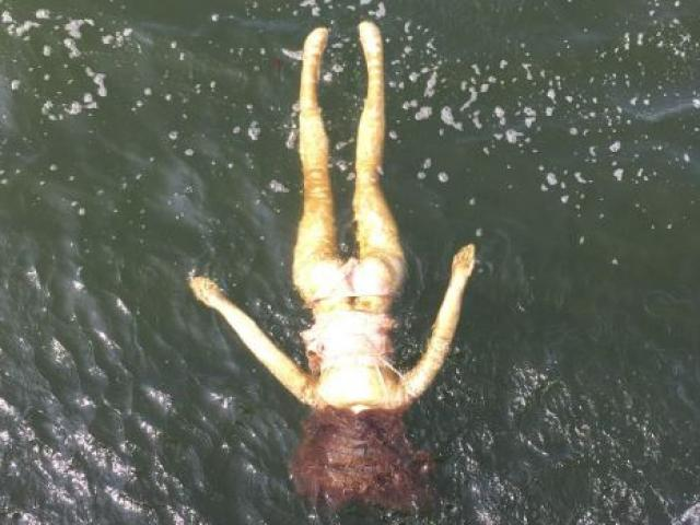 """Nhật Bản: Cứu """"cô gái"""" quần áo xộc xệch trôi dạt bờ biển, bất ngờ khi kéo được lên"""