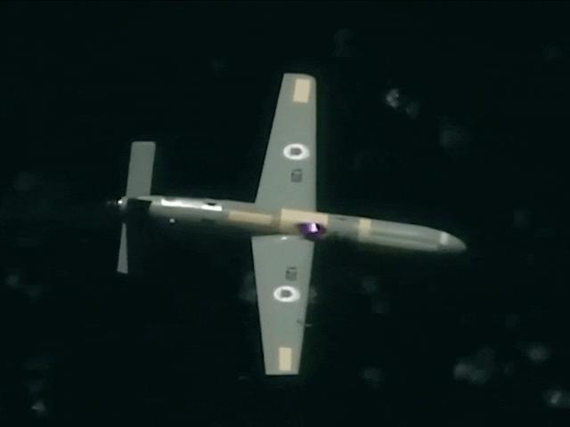 Quốc gia đầu tiên bắn rơi máy bay không người lái bằng vũ khí laser đang bay trên trời