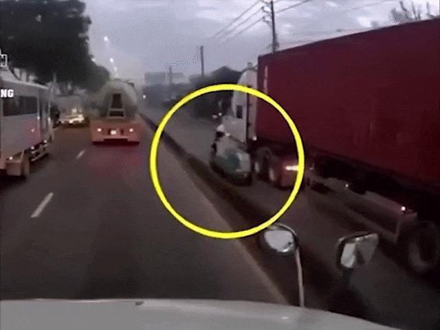 Container bất chấp đi vào làn xe máy suýt gây tai nạn kinh hoàng