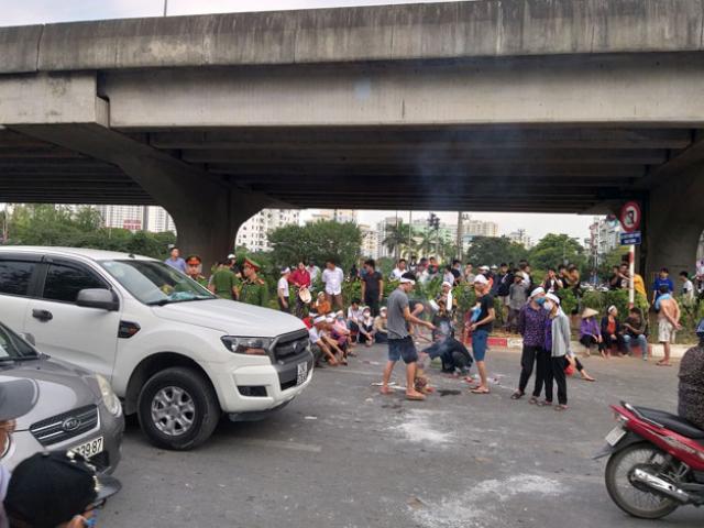 Gia đình cầm di ảnh nạn nhân tai nạn ngồi giữa đường Hà Nội, giao thông ùn ứ
