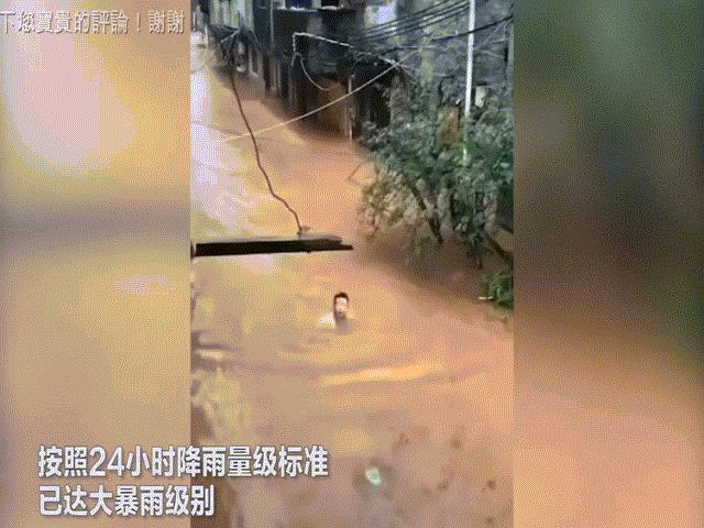 """Video: Nước lũ cao """"dìm"""" Phượng Hoàng cổ trấn, thượng nguồn đập Tam Hiệp"""