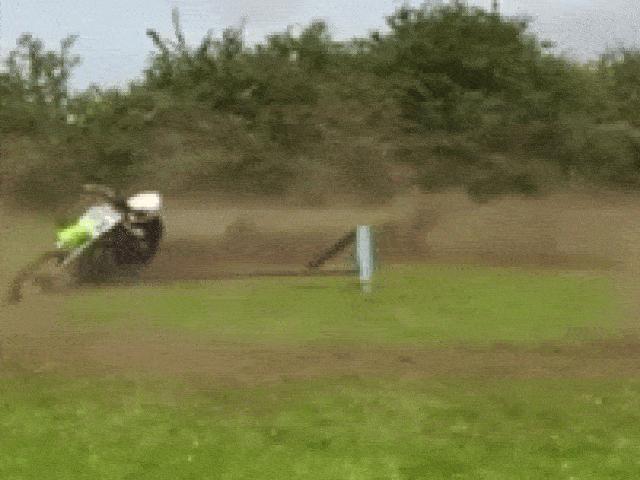 """SỐC: Lái xe luyện """"võ cối xay"""" khoét vòng tròn đất với tốc độ chóng mặt"""