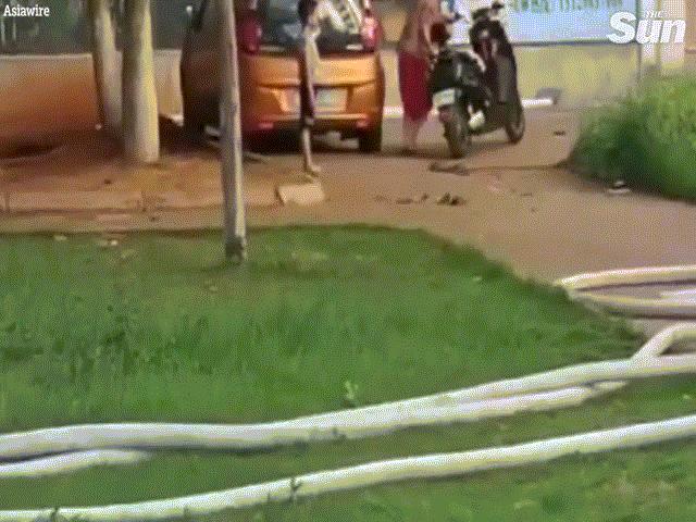 Video: Lao vào cứu bé trai, bị kẻ uy hiếp cầm mã tấu chém thẳng vào đầu
