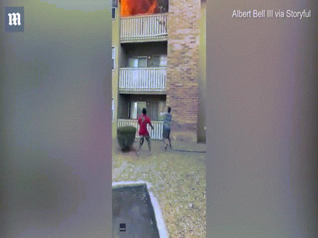 Video: Người đàn ông lao tới đỡ bé trai do mẹ thả xuống từ tầng 3 đang cháy ngùn ngụt