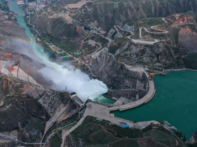 Toàn cảnh đập thủy điện Trung Quốc mở cửa xả lũ trên sông Hoàng Hà
