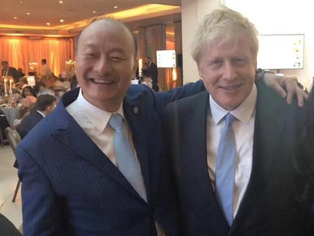 Nhân vật TQ bí ẩn bị nghi thao túng chính trường Anh, chụp hình cùng 5 đời thủ tướng