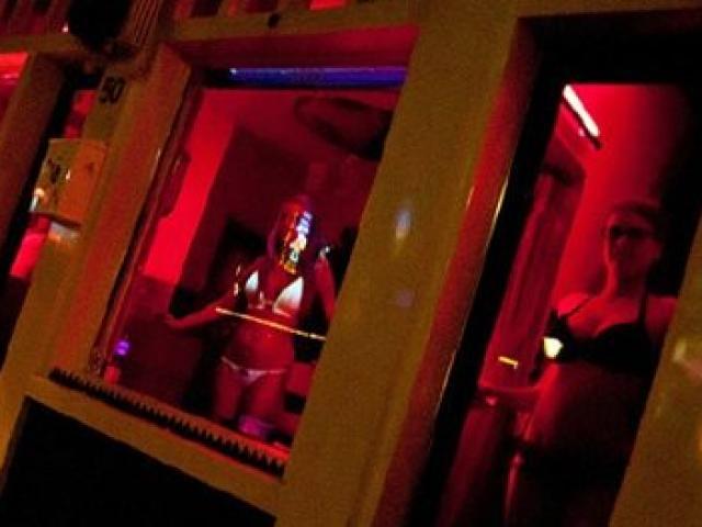 Nữ cổ động viên nóng bỏng bán dâm giá 4,6 triệu/ lượt
