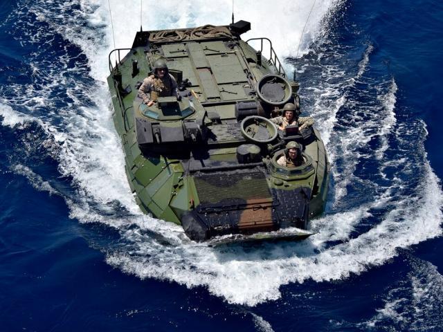 Vì sao 8 quân nhân Mỹ chết đuối trong xe bọc thép đổ bộ chìm dưới biển?