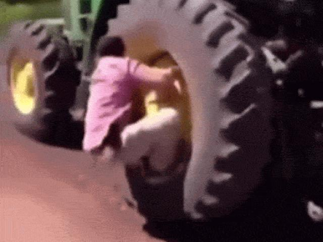 """Video: Những pha bẻ lái """"đi vào lòng người"""" của tài xế xe tải"""