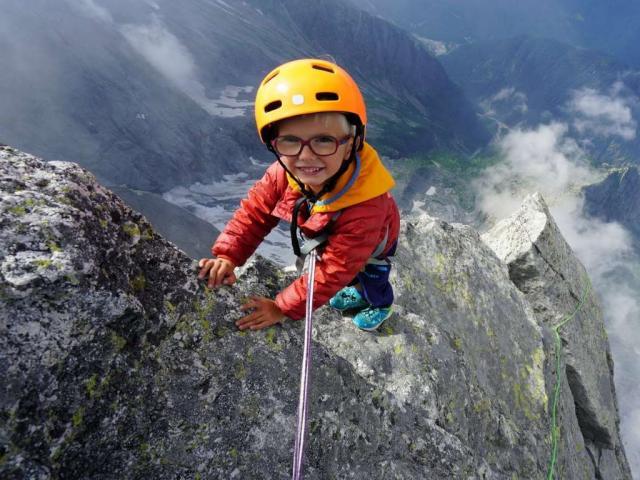 Choáng với tuổi của người trẻ nhất thế giới chinh phục đỉnh núi trên 3.000 mét