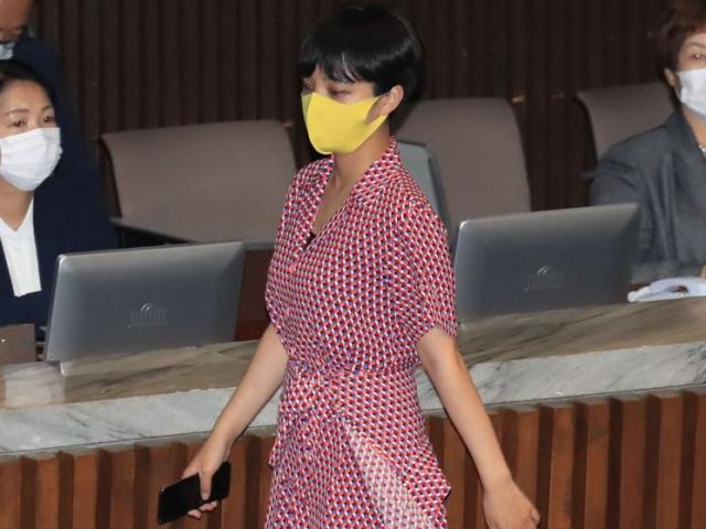 Hàn Quốc: Nữ nghị sĩ xinh đẹp trẻ nhất nước mặc váy ngắn màu đỏ đi họp gây tranh cãi