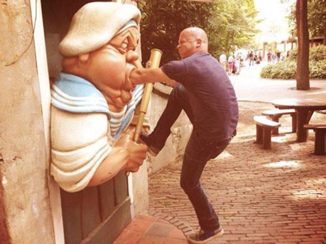 Bắt gặp những hành động khó đỡ với các bức tượng trên phố