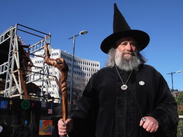 """Người đàn ông làm phù thủy do thủ tướng """"năn nỉ"""", mỗi năm hưởng lương 10.000 USD"""
