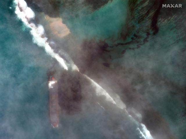 Ảnh vệ tinh hé lộ mức độ kinh hoàng từ vụ tràn dầu tồi tệ nhất trên đảo quốc du lịch nổi tiếng