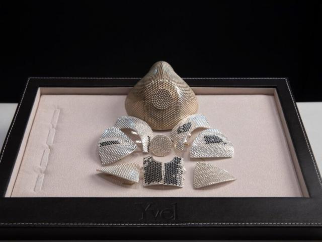 Doanh nhân TQ mua khẩu trang vàng trắng đính 3.600 viên kim cương đắt nhất thế giới