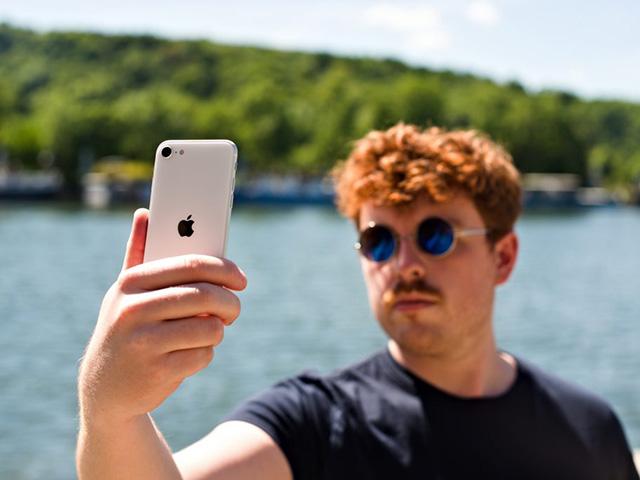 Mua Oppo Reno4 Pro hay bù thêm 1 triệu mua iPhone SE 2020?