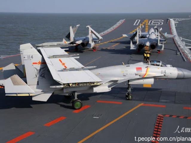 Đằng sau việc đào tạo ồ ạt phi công lái tiêm kích hạm của Trung Quốc?