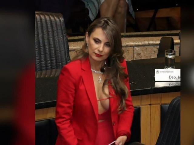 """Nữ nghị sĩ Brazil gây tranh cãi vì đến nghị trường với bộ váy lộ vòng một """"khủng"""""""