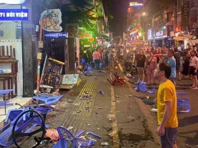 Clip xe công an phường lao vào quán nhậu ở phố Bùi Viện, nhiều người tháo chạy