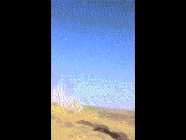 """Video: """"Rồng lửa"""" S-400 của Nga gặp sự cố, tên lửa rơi thẳng xuống khiến binh sĩ phải núp"""