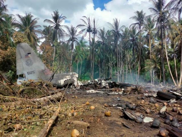 Máy bay Philippines rơi khiến 45 người chết: Nhiều binh sĩ nhảy xuống đất