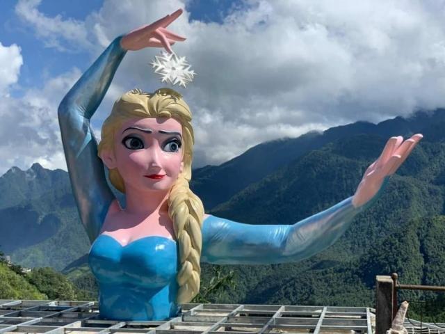 """Sau Nữ thần tự do, tượng Nữ hoàng băng giá Elsa phiên bản """"biến dạng"""" lại xuất hiện ở Sa Pa"""