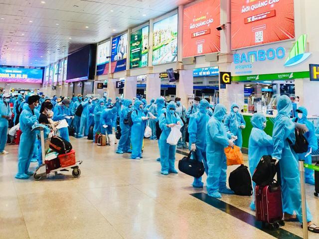 200 người Bình Định ra sân bay Tân Sơn Nhất để về quê: Cầm tấm vé trên tay ai cũng xúc động