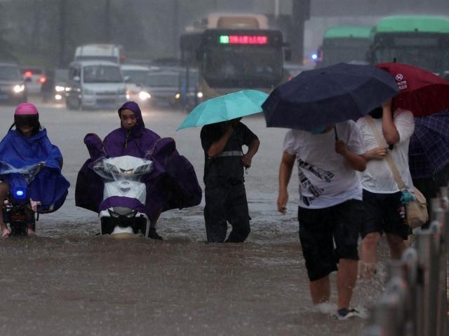 """Sốc với lượng nước trút xuống thành phố Trung Quốc trong trận mưa lũ """"ngàn năm có một"""""""