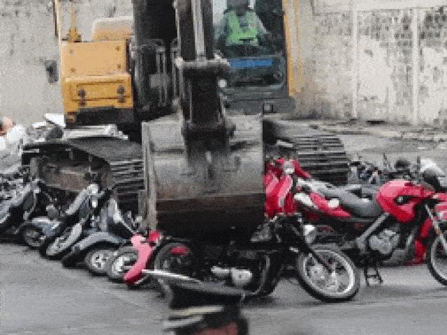 Dùng máy xúc nghiền nát, đập vỡ tan tành 100 xe máy