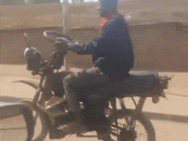 Bất ngờ xe máy được chế vô lăng lái như ô tô trên đường đi