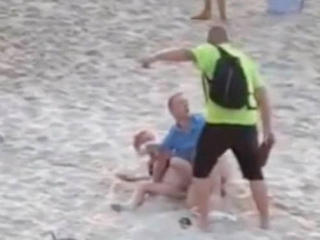 """Cặp đôi thản nhiên làm """"chuyện ấy"""" ở bãi biển, nhận cái kết đau đớn"""