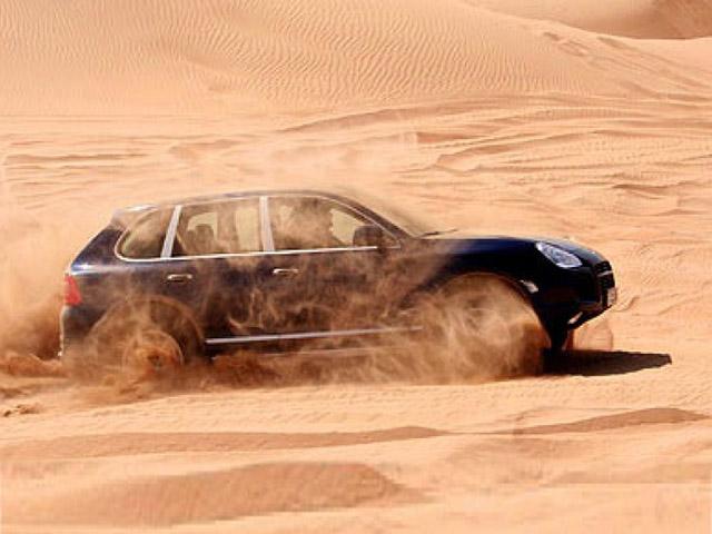Cầm lái Porsche Cayenne off-road trên bãi cát và cái kết