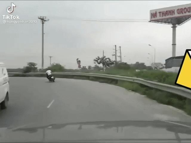 """Xe máy ôm cua """"cực gắt"""" cả người cả xe lao thẳng xuống ruộng"""