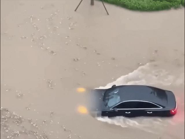 """Xe con đi trong con đường ngập nước như sông chẳng khác gì """"tàu ngầm"""""""