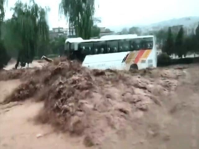 Video: 2 xe buýt sắp bị lũ cuốn phăng, thợ máy TQ một mình cứu 71 người