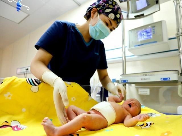 Thành phố đầu tiên Trung Quốc hỗ trợ tiền, khuyến khích người dân đẻ thêm con