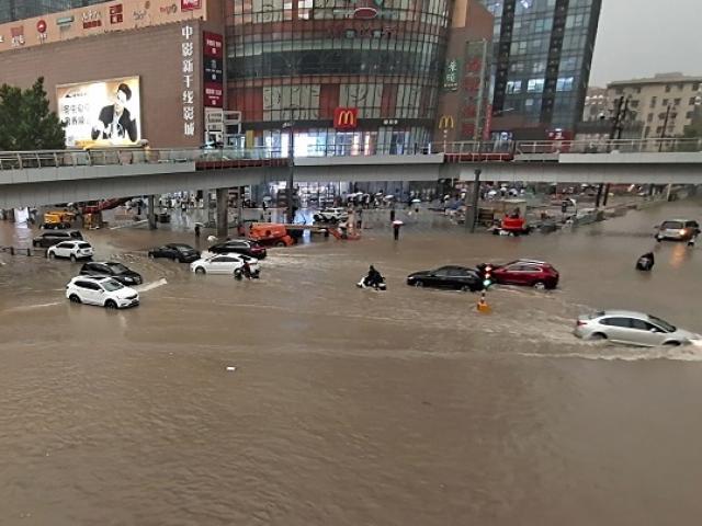 """Thành phố TQ vừa trải qua mưa lũ """"ngàn năm có một"""" phát hiện ổ dịch Covid-19 lây lan nhanh"""