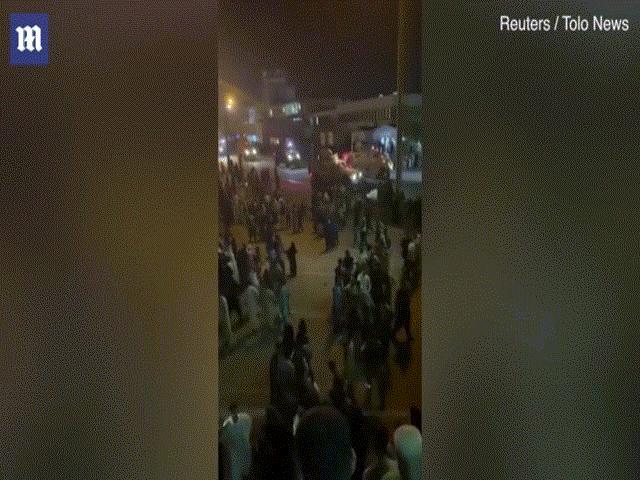 Video: Hỗn loạn ở sân bay Kabul, hàng ngàn người rời khỏi Afghanistan trong tiếng súng