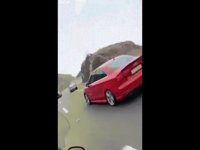 Video: Xe sang lao xuống vực ở Ả Rập Saudi và kết cục gây bất ngờ