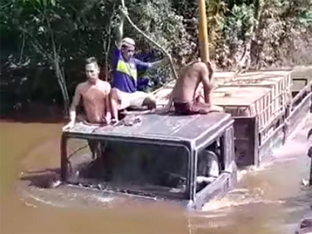 Xe tải lội nước ngập vút đầu và cái kết ảo ma
