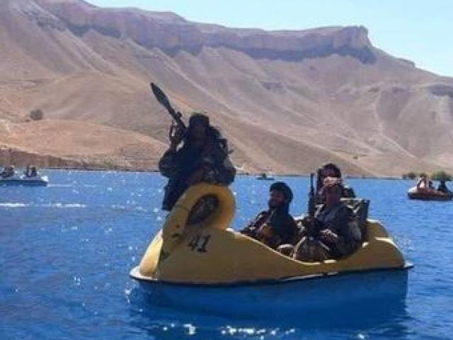 Các tay súng Taliban xuất hiện trong hình ảnh lạ