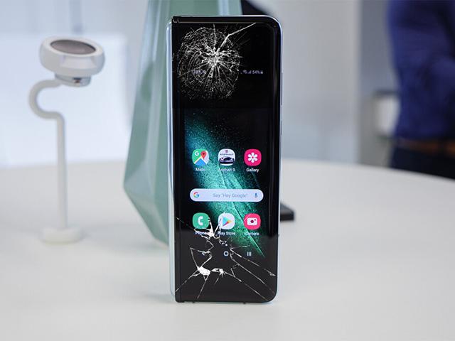 Video thử thách độ bền Galaxy Z Fold 3 khiến Samfan xót xa