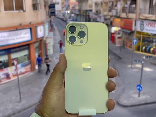 HOT: Video đập hộp đầu tiên của iPhone 13 Pro Max vàng
